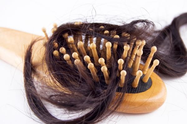 Significado de soñar que se te cae el pelo - Soñar que se cae el pelo a mechones: angustia ante el envejecimiento